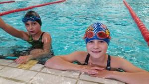 20151112 Schwimmhalle Lisa und Jarla